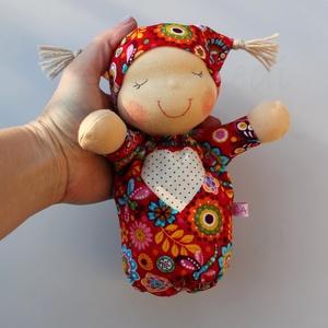 Alvó bébi Waldorf baba- piros, Gyerek & játék, Játék, Baba, babaház, Baba játék, Baba-és bábkészítés, Varrás, Kedves, pihe-puha alvó babóca (a kedvencem : )\nA 28 cm magas alvó babám kicsinyített mása. Ő mindöss..., Meska