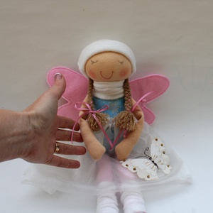Pillangós tündér baba, Más figura, Plüssállat & Játékfigura, Játék & Gyerek, Baba-és bábkészítés, Varrás, Kb. 40 cm magas tündér baba. Sapkája, haja rögzített, szoknyája levehető. Műszállal töltött, arca hí..., Meska