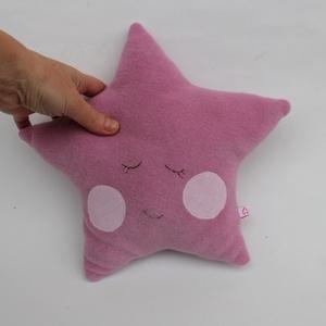 Csillag párna, Otthon & Lakás, Lakástextil, Párna & Párnahuzat, Frottírból varrt csillag alakú párna, hímzett pofikával. Kb. 25 X 25 cm. Műszállal töltött, mosható...., Meska