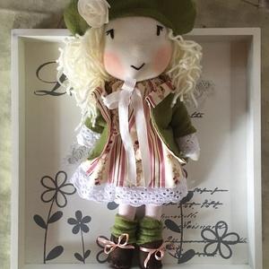 Bella, a romantikus kislány, kézműves baba, textilbaba, rongybaba, Esküvő, Esküvői dekoráció, Gyerek & játék, Gyerekszoba, Játék, Plüssállat, rongyjáték, Baba-és bábkészítés, Varrás, \nBella az álmodozó, romantikus kislány, szeret olvasni, verseket írni és természetesen a szabadban s..., Meska