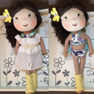 Vivi baba, kézműves baba, textilbaba, rongybaba, Gyerek & játék, Gyerekszoba, Játék, Plüssállat, rongyjáték, Játékfigura, Baba-és bábkészítés, Varrás, Vivi épp a strandra készül. Ruhája alatt bikini van. \n\nA baba új textil anyagból készült, bélése vli..., Meska