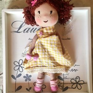 Panka baba, kézműves baba, textilbaba, rongybaba, Gyerek & játék, Gyerekszoba, Játék, Játékfigura, Plüssállat, rongyjáték, Baba-és bábkészítés, Varrás, Panka sárga kockás nyári ruhában. \n\nA baba új textil anyagból készült, bélése vlies, haja fonal, ami..., Meska