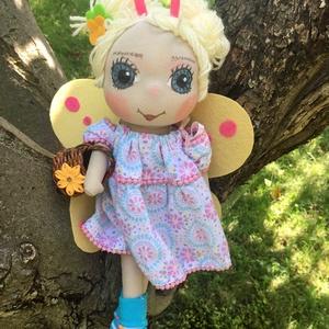 Pillangó baba, Játék & Gyerek, Baba & babaház, Öltöztethető baba, Baba-és bábkészítés, \nPillangó kisasszony baba, kézműves baba, textilbaba, rongybaba leírása\nA baba új textil anyagból ké..., Meska