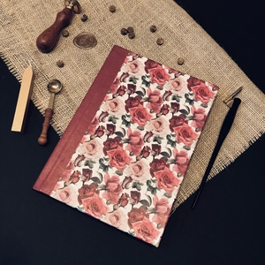 A5 rózsás HETI TERVEZŐ NAPTÁR 120g/m2 papírból, Művészet, Más művészeti ág, Könyvkötés, Papírművészet, A5 méretű, kézzel fűzött, és borított, 114 oldalas heti tervező. 120g/m2 papírból készült, mely sely..., Meska