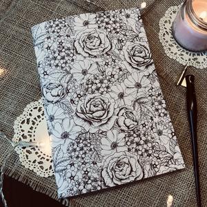 A5 PONTRÁCSOS FÜZET SZÍNEZHETŐ virág mintás 72 oldalas 120g/m2 papírból, Művészet, Más művészeti ág, Papírművészet, A5 méretű, kézzel tűzött és egyedileg nyomtatott, 72 oldalas pontozott füzet. 120g/m2 papírból készü..., Meska