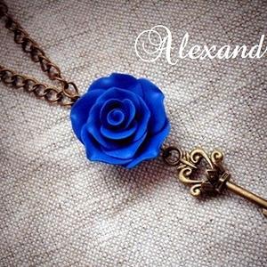 Rózsás nyaklánc, Medálos nyaklánc, Nyaklánc, Ékszer, Ékszerkészítés, Gyurma, Kék színű rózsát készítettem süthető gyurmából, melyet egy 3 cm.-es kulcs medállal egészítettem ki.\n..., Meska