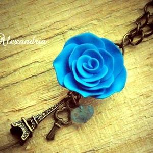 Párizs szerelmeseinek, Hosszú nyaklánc, Nyaklánc, Ékszer, Ékszerkészítés, Gyurma, A 2,5cm méretű réz színű Eiffel-tornyos medált világoskék rózsával egészítettem ki, melyet kézzel sa..., Meska