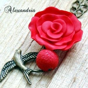Rockabilly nyaklánc, Hosszú nyaklánc, Nyaklánc, Ékszer, Ékszerkészítés, Gyurma, Süthető gyurmából sablon nélkül készítettem gyönyörű élénk piros színű rózsát, amit réz színű láncra..., Meska