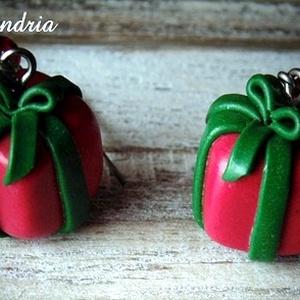 Karácsonyi fülbevaló, Ékszer, Fülbevaló, Lógós fülbevaló, Süthető gyurmából készítettem karácsonyi ajándékdoboz fülbevalót. Nagyszerű lehet ajándékba karácson..., Meska