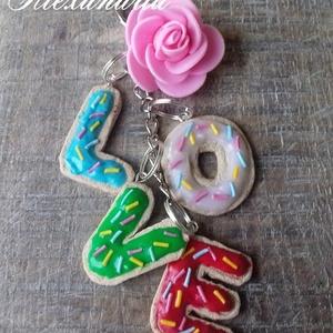 A szerelem kulcsa, Kulcstartó, Kulcstartó & Táskadísz, Táska & Tok, Ékszerkészítés, Gyurma, Gyurmából készült kulcstartó szivacs rózsával kombinálva.   \nKitűnő választás ajándéknak vagy lepd m..., Meska