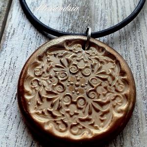 Mandala nyaklánc, Medálos nyaklánc, Nyaklánc, Ékszer, Ékszerkészítés, Gyurma, A mandala szó szanszkrit eredetű szó, egy ősi szimbólum, jelentése kör, középpont, de azt is jelenti..., Meska