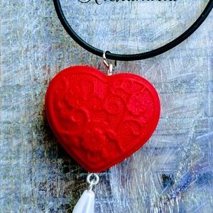 Szerelmes nyaklánc, Medálos nyaklánc, Nyaklánc, Ékszer, Gyurma, Ékszerkészítés, Romantikus, csajos nyaklánc.\nA medált süthető gyurmából készítettem, melyet egy üveggyönggyel egészí..., Meska