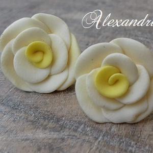 Sárga rózsás fülbevaló, Ékszer, Fülbevaló, Ékszerkészítés, Gyurma, Kb. 16mm átmérőjű rózsákat készítettem, KÉZZEL!\nBedugós fülbevalóalapra rögzítettem őket, erős ragas..., Meska