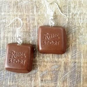 Tejcsokis Ritter sport fülbevaló, Ékszer, Fülbevaló, Lógó fülbevaló, Ékszergyurmából készült, pilekönnyű csokis fülbevaló.   Antiallergén fülbevalóalapra szerelve, szili..., Meska