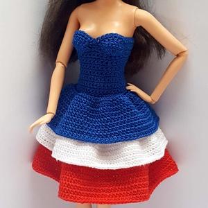 Barbie babaruha, Játék, Gyerek & játék, Baba, babaház, Horgolás, Horgolt, kék-fehér-piros pamutfonalból készült ruha, fodros szoknya résszel, Barbie típusú 32 cm-es ..., Meska