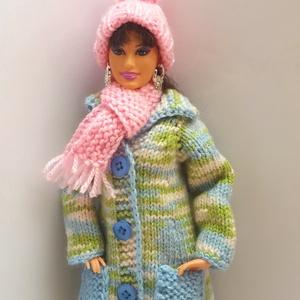 Barbie babaruha, Gyerek & játék, Játék, Baba, babaház, Kötés, Kézzel kötött, kék-zöld színátmenetes, galléros, zsebes télikabát rózsaszín sapkával és sállal Barbi..., Meska