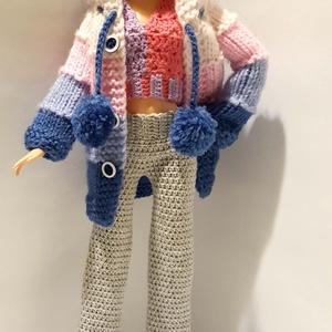 Barbie babaruha, Játék & Gyerek, Baba & babaház, Babaruha, babakellék, Horgolás, Kötés, Horgolt szürke nadrág, lila-pink top és kötött kék-rózsaszín-fehér kapucnis kabát Barbie típusú 32 c..., Meska