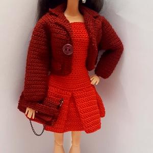 Barbie babaruha, Gyerek & játék, Játék, Baba, babaház, Horgolás, Horgolt együttes Barbie típusú 32 cm-es babarára.\nPiros rakott szoknyás ujjatlan ruha, bordó derékig..., Meska