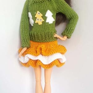 Barbie babaruha, Gyerek & játék, Játék, Baba, babaház, Kötés, Kézzel kötött zöld, hosszú ujjú, rávarrt fenyőkkel díszített pulóver, narancs-fehér kötött fodros sz..., Meska
