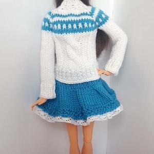 Barbie babaruha, Gyerek & játék, Játék, Baba, babaház, Kötés, Kézzel kötött fehér-kék, hosszú ujjú, kötött pulóver, hozzá illő kötött kék szoknyával, csipke díszí..., Meska
