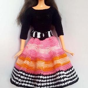 Barbie babaruha, Gyerek & játék, Játék, Baba, babaház, Horgolás, Horgolt, fekete-rózsaszín-fehér, háromnegyedes ujjú ruha övvel Barbie típusú 32 cm-es babára,\nA ruha..., Meska