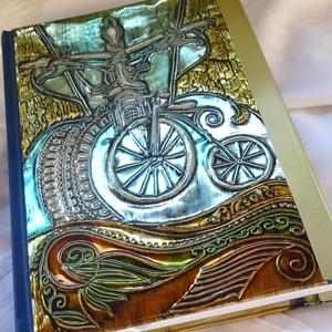 Útinapló, jegyzetfüzet kerékpárosnak, Jegyzetfüzet & Napló, Papír írószer, Otthon & Lakás, Fémmegmunkálás, Mindenmás, Domborított fémmel fedem termékeimet. Ezt a naplót a kerékpározást szeretőknek terveztem. Vonalas je..., Meska