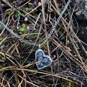 Üveg, Szív alakú medálos nyaklánc, Valentin nap, Újrahasznosított 2., Ékszer, Nyaklánc, Medálos nyaklánc, Újrahasznosított alapanyagból készült termékek, Üvegművészet, Újrahasznosított katedrál üvegből készült egyedi szív alakú medállal ékesített nyaklánc.\nElegáns ajá..., Meska