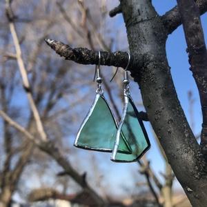 Asszimetrikus, borosüvegből készült fülbevaló, Ékszer, Fülbevaló, Lógós fülbevaló, Újrahasznosított alapanyagból készült termékek, Üvegművészet, Borosüvegből készült asszimetrikus, egyedi fülbevaló. \n\nSzereted a különleges ékszereket, amiknek tö..., Meska