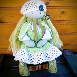 Tavasztündér - Waldorf jellegű baba, Játék, Gyerek & játék, Baba, babaház, Varrás, - Mérete: 43 cm\n- Hosszú hajjal.\n- Ruházata: blúz, horgolt ruha, sapka, gyapjú cipő, palást, sál\n- V..., Meska