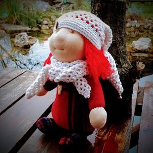 Waldorf jellegű baba, Baba, Baba & babaház, Játék & Gyerek, Baba-és bábkészítés, Varrás, Waldorf jellegű manó baba\n\n- Mérete: 30 cm\n- Ruházata: sapka, sál\nTermészetes anyagokból: 100% gyapj..., Meska