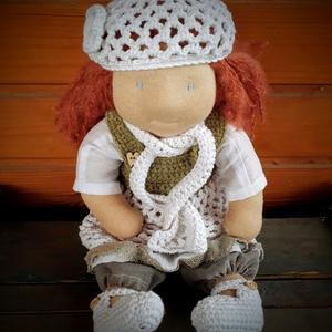Waldorf baba - horgolt ruhácskákkal, Játék, Gyerek & játék, Baba, babaház, Varrás, - Mérete: 35 cm\n- Hosszú hajjal.\n- Ruházata: blúz, horgolt ruha, nadrág, sapka, sál, cipő\n\nAnyagai: ..., Meska