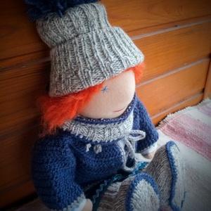 Waldorf baba - kötött, horgolt ruhákkal, Gyerek & játék, Játék, Baba, babaház, Varrás, - Mérete: 35 cm\n- Vörös hajjal.\n- Ruházata: ing, nadrág, sapka, sál, cipő, kabát\n\nAnyagai: gyapjú tö..., Meska