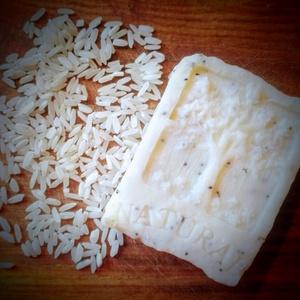 Rizsszappan rizstejjel és rizskorpa olajjal, Táska, Divat & Szépség, Szépség(ápolás), Krém, szappan, dezodor, Szappankészítés, Életfa mintás\nÖsszetétel: olívaolaj, kókuszolaj, napraforgóolaj, ricinus olaj, rizskorpa olaj, lúg, ..., Meska