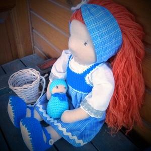 Pippa Waldorf baba, 45 cm, Gyerek & játék, Játék, Baba, babaház, Varrás, - Mérete: 45 cm\n- Hosszú vörös hajjal.\n- Ruházata: blúz, horgolt ruha, hajpánt, vállkendő, cipő\n- Ba..., Meska