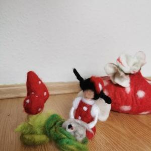 Gomba lány és a piros  pöttyös nemezkosárka, nemez mese, Waldorf, Gyerek & játék, Játék, Baba, babaház, Játékfigura, Gyerekszoba, Nemezelés, Piros pöttyös kosárkában hordozható nemez-mese Gombalánnyal, káposztalevelek közt szundikáló mini ny..., Meska