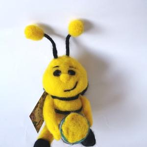 Zimó a nemez méhecske, gyerekszoba dekoráció, Gyerek & játék, Gyerekszoba, Mobildísz, függődísz, Otthon & lakás, Dekoráció, Képzőművészet, Nemezelés, Zimo a vidám méhecske kezében mézestállal minden gyerekszoba egyedi dekorációja lehet. Vajon kihez r..., Meska