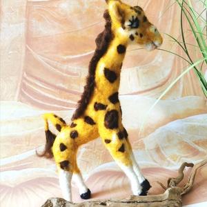 Csak egy zsiráf-nemez/gyapjú  dekoráció (alomnemez) - Meska.hu