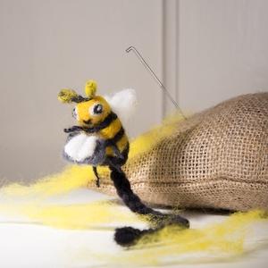 Könyvjelző méhecske tűnemez alkotócsomag, DIY (Csináld magad), Egységcsomag, Nemezelés, Nemezelni tanulok alkotócsomagokat úgy állítottam össze hogy ha még csak most ismerkedsz a nemezelés..., Meska