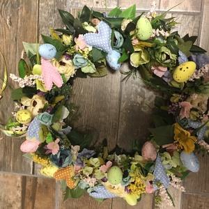 Virágos Húsvét ajtódísz , Otthon & lakás, Dekoráció, Lakberendezés, Ajtódísz, kopogtató, Virágkötés, Varrás, 46 cm átmérőjű vesszoalapon viragok, tojasokkal, textil szivekkel, Meska