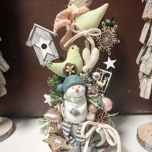 Karácsony csészében hóemberrel, Karácsony & Mikulás, Karácsonyi dekoráció, Virágkötés, Kis teáscsészében sajátkészítésű textil madárkák, kötött sapiban, sálban termesekkel, gömbökkel, dís..., Meska