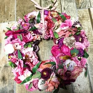 Csupa virág ajtódísz macaronnal, Otthon & Lakás, Dekoráció, Ajtódísz & Kopogtató, Virágkötés, 39-40 cm átmérőjű nikecell alapon a fotón látható selyemvirgözön gipsz macaronnal kombinalva..., Meska