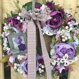 Lilában csupa virággal ajtódísz, Otthon & Lakás, Dekoráció, Ajtódísz & Kopogtató, Virágkötés, 43-45 cm átmérőjű csupa virág ajtódísz képkerettel, nyuszikával megbújva, pillangóval, katicával, ....., Meska