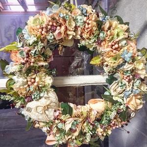 Csupa virág pasztell ajtódísz, Otthon & Lakás, Dekoráció, Ajtódísz & Kopogtató, Virágkötés, Nagy méretű , 47-48 cm átmérőjű vesszőalapon a fotókon látható selyemvirágok, kevés terméssel kombin..., Meska