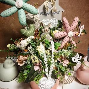 Boldog nyuszit egyedi húsvéti asztaldísz textil dekorokkal, Otthon & Lakás, Dekoráció, Asztaldísz, Rózsaszínű kaspoban sajatkeszítésű textil margaretakkal , nyuszival, kis libával , fürj tojasokkal, ..., Meska