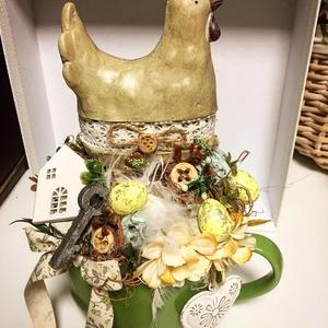 Húsvéti/tavaszi tyúkanyós asztaldísz, Otthon & Lakás, Dekoráció, Asztaldísz, Nagyobb bögrében keramia tyúkanyó tojasokkal, termesekkel, selyemviraggal, Meska