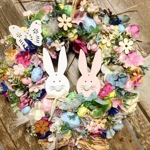 Húsvéti ajtókopogtató-Nyuszi hipp-nyuszi hopp , Otthon & Lakás, Dekoráció, Ajtódísz & Kopogtató, 37 cm átmérőjű szalma  alapon a képen látható sok -sok tojas, viragok, termesek., Meska