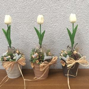 Anyáknapi tulipános asztaldísz vödörben, Otthon & Lakás, Dekoráció, Asztaldísz, Színes fém vodorben egy szal tulipan, mely igazán élethű, textil szivecskékkel es vintage hangulatot..., Meska