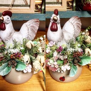 Tavaszi asztaldísz vidéki hangulatban, Otthon & Lakás, Dekoráció, Asztaldísz, Homokszínű bogreben tyúkanyó csücsül, szalma, termesek, sok kis virag kozott, Meska