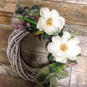 Ajtókopogtató letisztult formában, Otthon & Lakás, Dekoráció, Ajtódísz & Kopogtató, Nagyméretű vesszőalapon két szépséges feher virággal, Meska