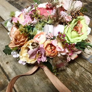 Asztaldísz macaronos virágbox, Otthon & Lakás, Dekoráció, Asztaldísz, Rózsaszín papír dobozban pasztell virágok, 3 db macaronnal. Anyáknapjára is kedves ajándék lehet...., Meska